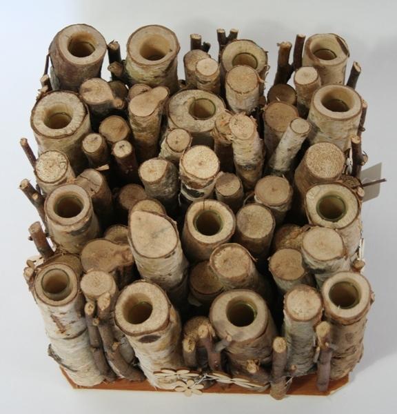 Houten tubes met glazen vaasjes om bloemen in te zetten L